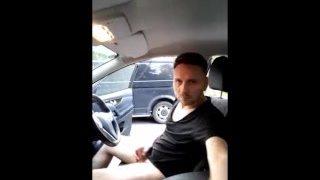 Exhibition et branle en solo dans une voiture