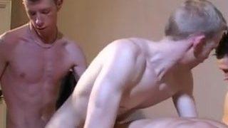 Les jeunes gays ont la bite en feu