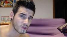 Sperme chaud dans la bouche d'un gay sexy après une bonne sodomie