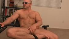 Mec gay musclé se branle en solo devant la webcam