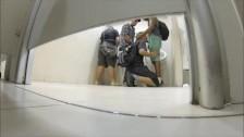 Jeunes gays s'offrent une petite pipe dans les toilettes